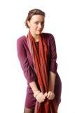 Femme dans une robe de Bourgogne qui dans une écharpe photos stock