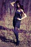 Femme dans une robe et un pantyhose dans les branchements Photo libre de droits