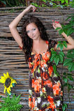 Femme dans une robe près de l'wattled Image libre de droits