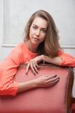 Femme dans une robe rose photographie stock libre de droits
