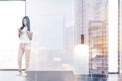 Femme dans une salle de bains Photographie stock libre de droits