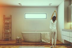 Femme dans une salle de bains de luxe Photographie stock