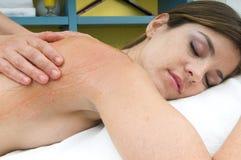 Femme dans une station thermale obtenant le massage photo stock