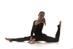 Femme dansant la danse acrobatique Photographie stock libre de droits