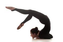Femme dansant la danse acrobatique Image libre de droits