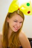 Femme de 20 ans chez l'arc jaune des enfants Images stock