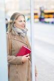femme de attente d'arrêt de bus Photos stock