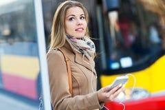 femme de attente d'arrêt de bus Photographie stock