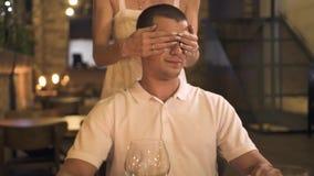 Femme de attente d'homme bel dans le restaurant et observation pour synchroniser à la table de dîner Ami se fermant de yeux de je banque de vidéos