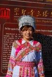 Femme de Bai utilisant le costume de leur tribu traditionnelle images libres de droits