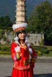 Femme de Bai utilisant le costume de leur tribu traditionnelle image stock