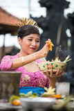 Femme de Balinese dans le temple avec l'offre pour des dieux Images libres de droits