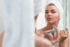 Femme de beauté appliquant le parfum Photo stock
