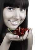 Femme de beauté avec des cerises sur le blanc Photo stock