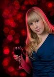 Femme de beauté avec du vin en verre Image libre de droits