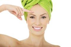 Femme de beauté avec la serviette de turban Photo stock