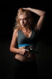 Femme de beauté avec le pistolet Photographie stock libre de droits