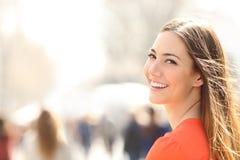 Femme de beauté avec le sourire parfait et les dents blanches sur la rue