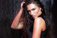 Femme de beauté avec les cheveux humides et le maquillage naturel Photo stock