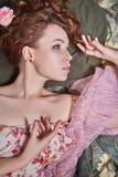 Femme de beauté avec Rose Flower dans ses cheveux Images stock