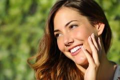 Femme de beauté avec un sourire parfait et une dent blanche Photographie stock libre de droits