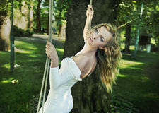 Femme de beauté dans le jardin photographie stock
