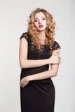 Femme de beauté dans une coiffure noire de fond de blanc de robe Photographie stock