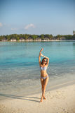 Femme de beauté de plage de bien-être de station thermale dans des vêtements de bain de bikini détendant et se baigner de soleil  Photographie stock libre de droits