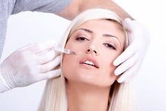 Femme de beauté donnant des injections de botox Photographie stock