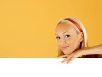 Femme de beauté et signe blanc Photographie stock