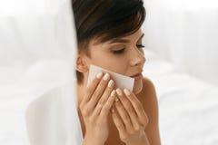 Femme de beauté nettoyant la belle peau fraîche avec le tissu absorbant Image stock