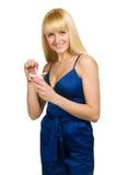Femme de beauté posant avec le présent Photos libres de droits