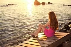 Femme de beauté sur la plage au coucher du soleil. Appréciez la nature. Fille de luxe r photo stock