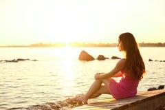 Femme de beauté sur la plage au coucher du soleil. Appréciez la nature. Fille de luxe r photographie stock libre de droits