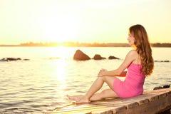 Femme de beauté sur la plage au coucher du soleil. Appréciez la nature. Fille de luxe r photographie stock