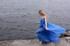 Femme de beauté sur le bord de la mer de l'hiver Photo stock