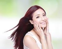 Femme de beauté avec le sourire avec du charme Photographie stock libre de droits