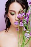 Femme de beaut? avec les fleurs magenta d'orchid?e de couronne florale images stock