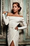 Femme de Beautful dans la robe blanche au miroir. Photographie stock libre de droits