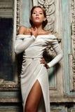 Femme de Beautful dans la robe blanche au miroir. Images libres de droits