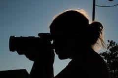 Femme de Beautifull prenant la photo Photographie stock