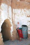 Femme de Berber dans le communitie de troglodyte photographie stock libre de droits