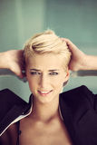 Femme de blonde de cheveux courts Image stock