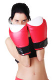 Femme de boxe s'usant les gants de boxe rouges. Images libres de droits