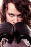 Femme de boxeur de sport dans les gants noirs. Kick boxing de formation de fille de forme physique. Images libres de droits