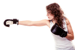 Femme de boxeur de sport dans les gants noirs Kick boxing de formation de fille de forme physique Photos libres de droits