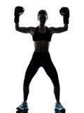Femme de boxeur exerçant le boxeur heureux photos stock