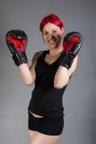 Femme de boxeur pendant l'exercice de boxe Photographie stock libre de droits