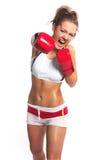 Femme de boxeur pendant l'exercice de boxe faisant le coup direct avec le gl rouge Photo stock