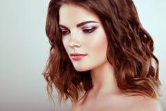 Femme de brune avec de longs cheveux onduleux brillants Photo libre de droits